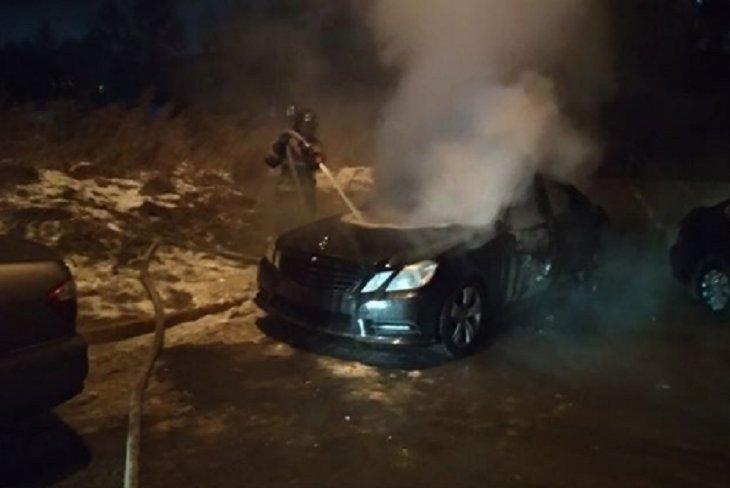 Mercedes сгорел в Иркутске ночью 19ноября