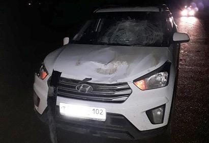 В Башкирии на трассе иномарка сбила двоих мужчин