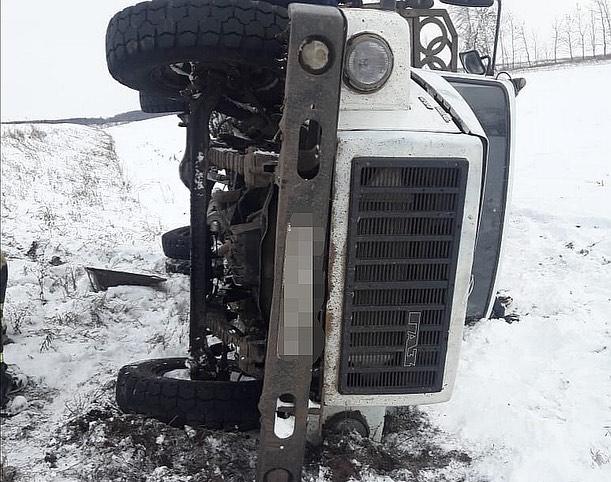 В Башкирии водитель грузовика погиб, опрокинувшись в кювет