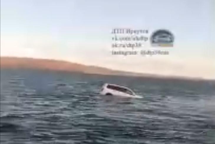 Из Ангары вытащили затонувший с человеком автомобиль