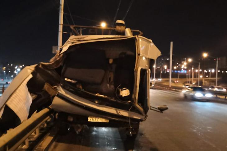 В аварии на Академическом мосту погиб водитель КамАЗа