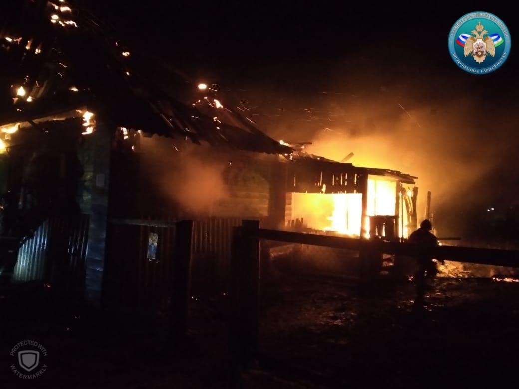 В Башкирии ночной пожар унес жизни женщины и двоих детей