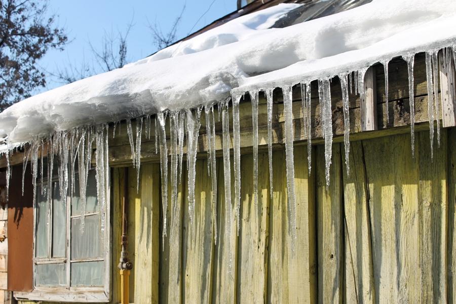 Уфимцев предупреждают о возможном падении снега и сосулек с крыш