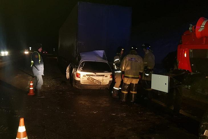 Трое человек погибли при столкновении Toyota Caldina со стоящим большегрузом