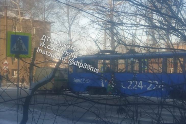 Трамвай и инкассаторский автомобиль столкнулись в Иркутске