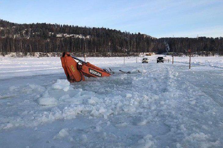 На реке Витим экскаватор провалился под лед при обустройстве ледовой переправы
