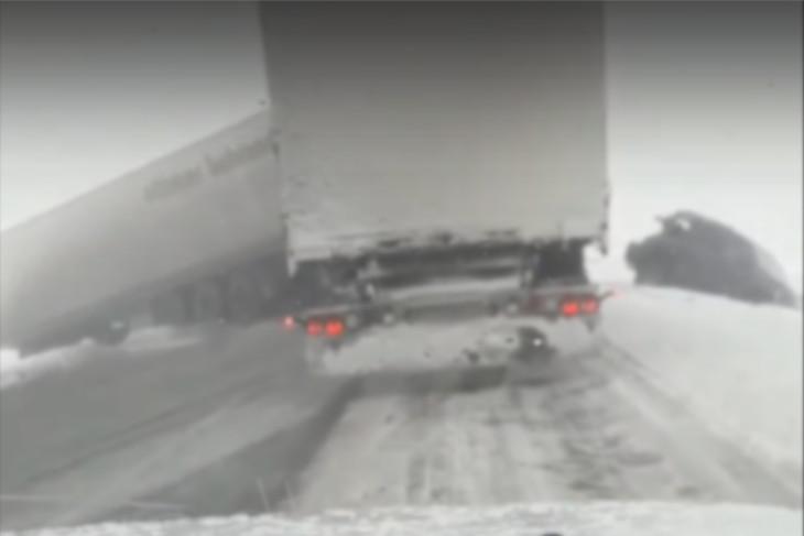 В Куйтунском районе из-за тумана произошло два ДТП с участием грузовиков