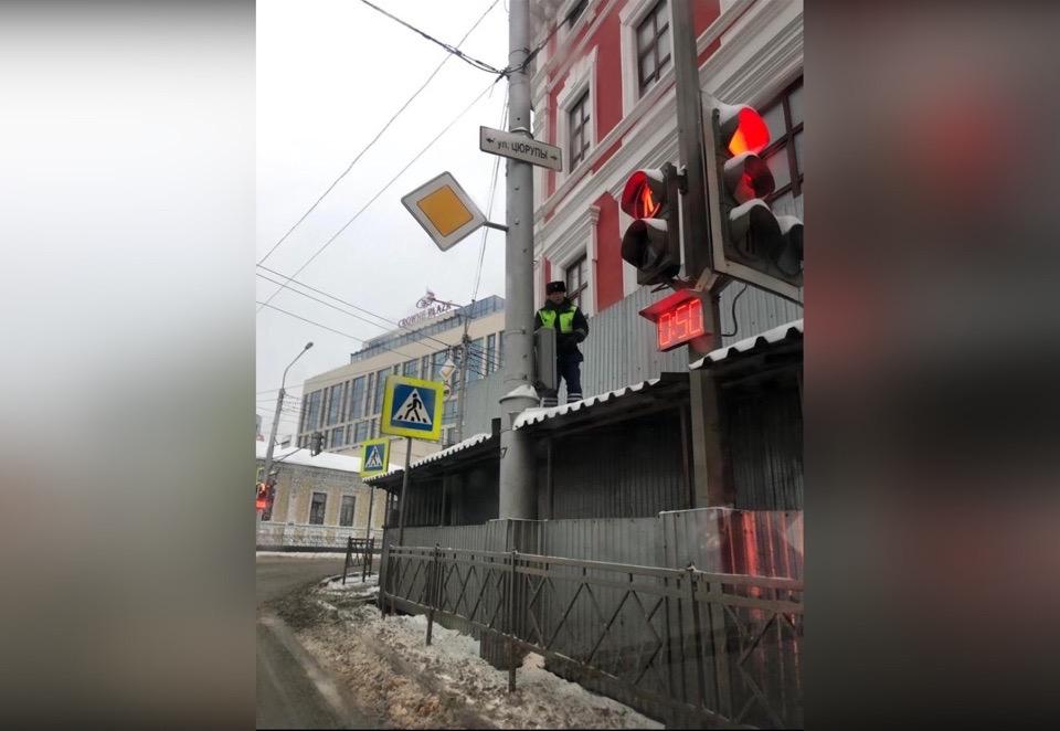 В Уфе сотрудник ДПС забрался на крышу пешеходного «туннеля», чтобы следить за обстановкой на дороге