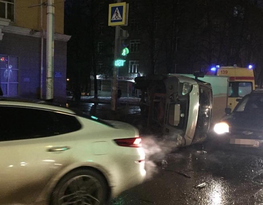 В Уфе опрокинувшаяся после ДТП ГАЗель задела пешеходов