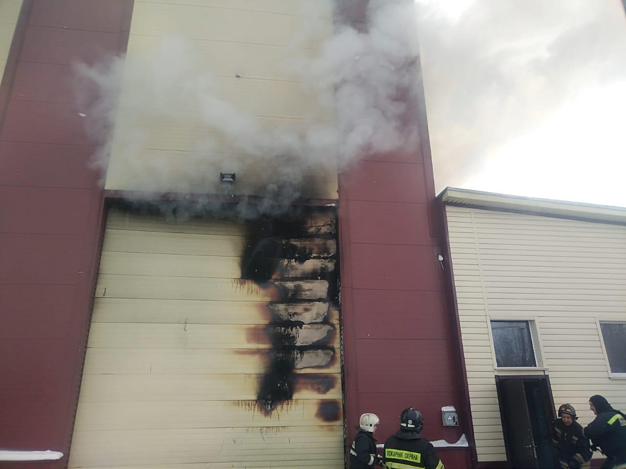 В Уфе в здании депо загорелся тепловоз