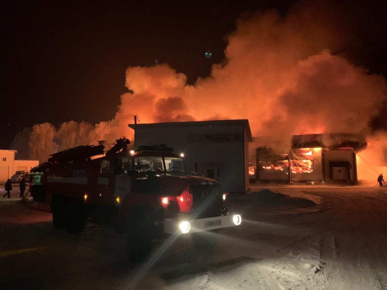 В Башкирии сгорел продуктовый склад. Вчера вечером вспыхнуло одноэтажное здание на улице Газпромовской в селе Акбердино Иглинского района.  По данным МЧС, огнем было охвачено 1 500 квадратных метров. Пожару присвоили повышенный класс опасности, его тушили
